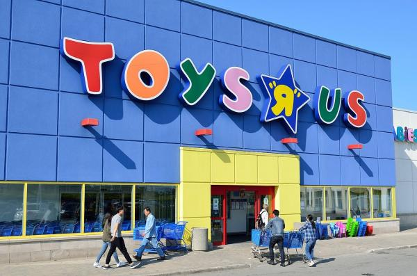 photo image Shuttering Toys 'R' Us stores in United States put Apple products on clearance