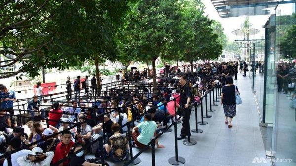 photo image Thousands of Customers Waiting in Line at Apple Retail Stores for iPhone XS, XS Max and Apple Watch Series 4 as Global…