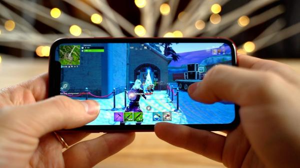 photo of Compared: Fortnite on the iPhone XR versus Note 9 image