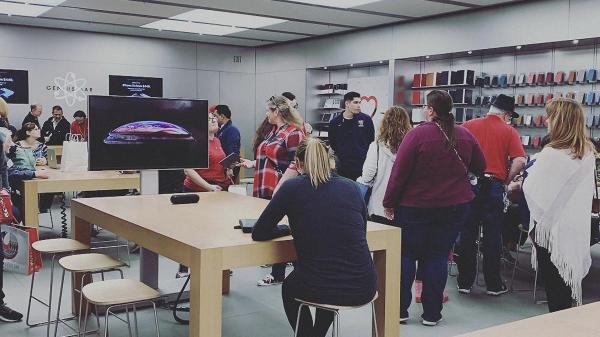 photo image Aggressive new in-store iPhone marketing clouds Apple's retail message