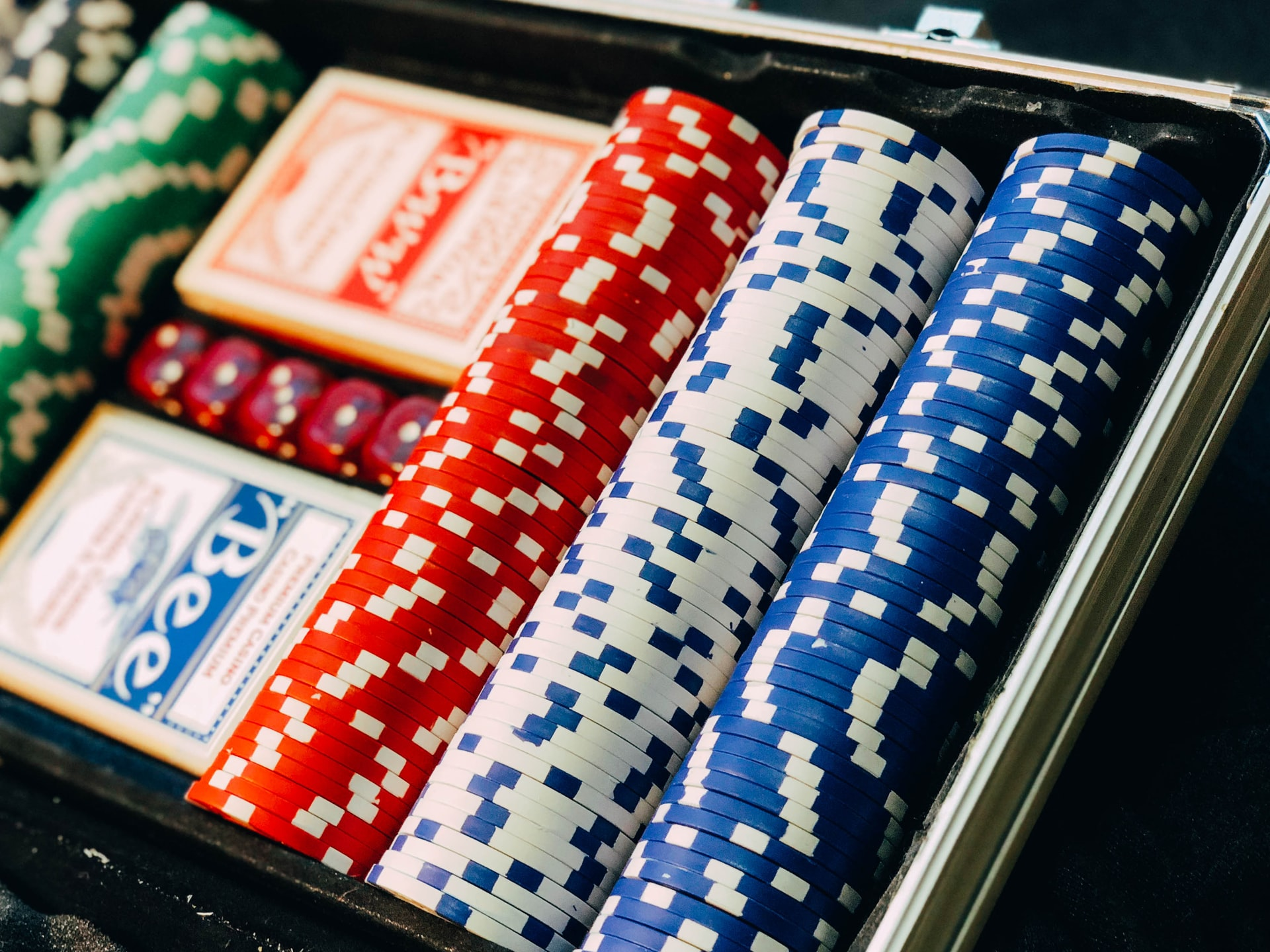 What Measures Do Online Casinos Take to Combat Money Laundering?